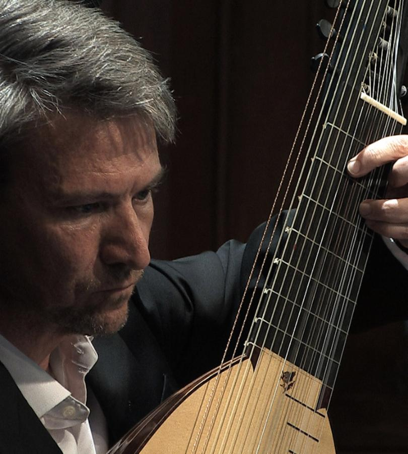 Jonathan Le Cocq playing the lute