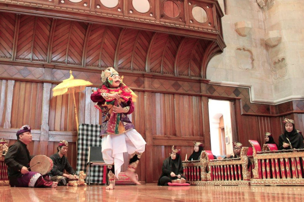 Gamelan and dance performance at Christchurch Arts Centre Great Hall 1050x700