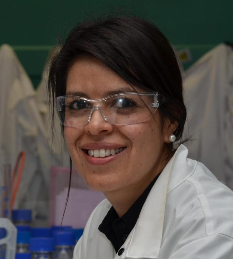 Ayelen Tayagui in lab high-res