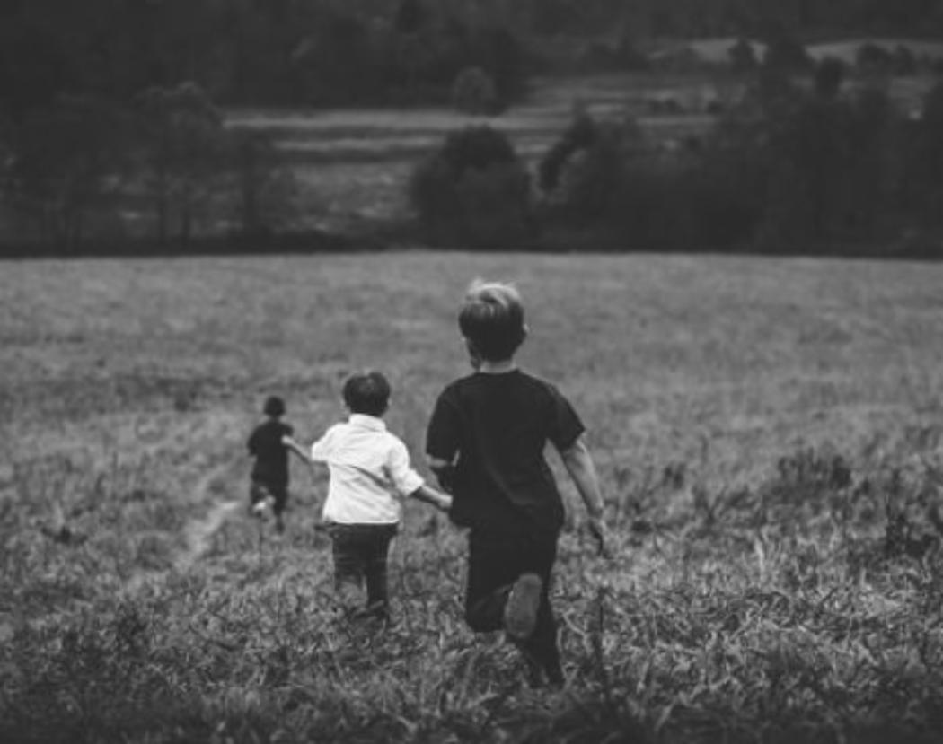 BW Children running