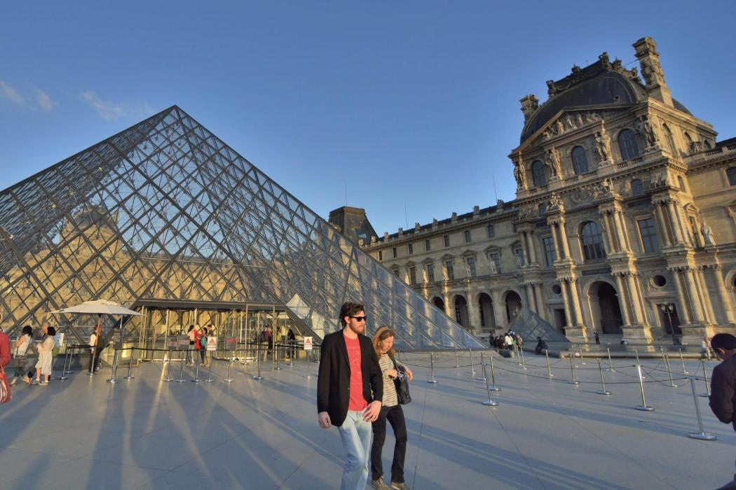 Students in Paris outside The Lourve Museum