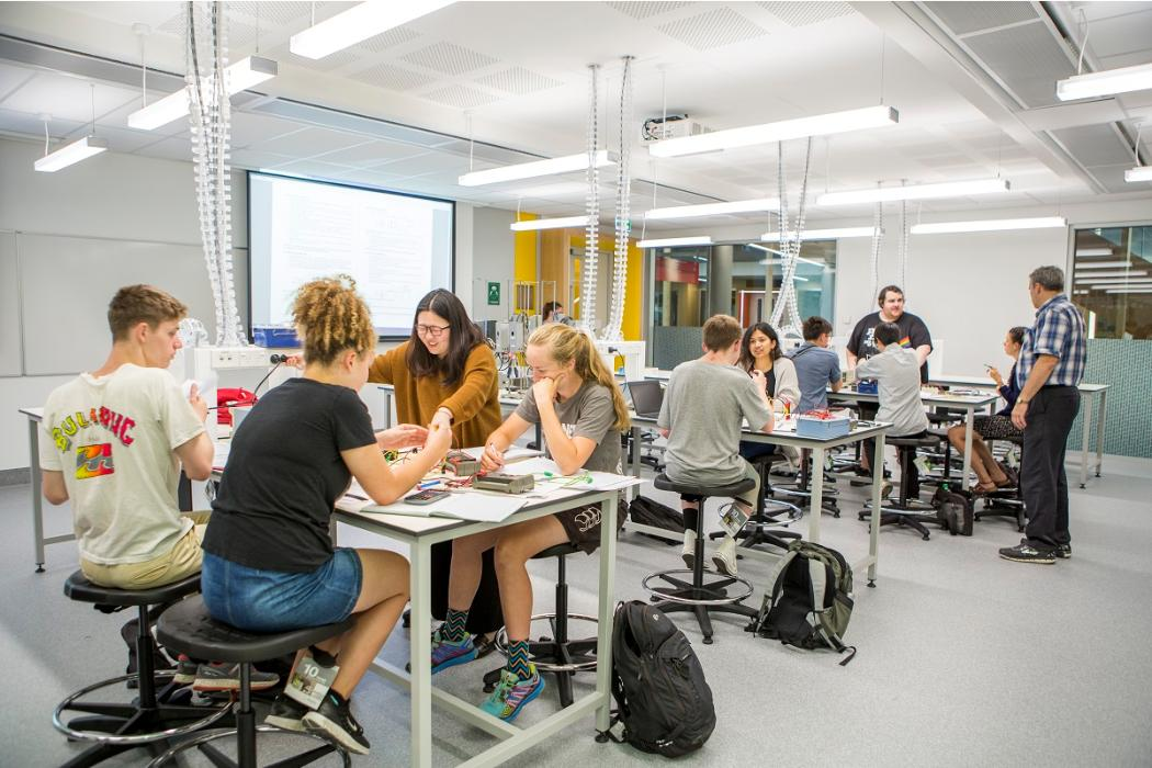 undergraduate students in rrsic physics lab